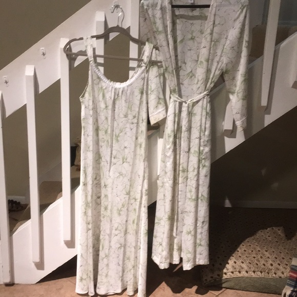 Oscar de la Renta Other - Oscar de la renta long night gown with robe